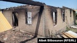 Според Киргизстан близо 100 домове са били унищожени по време на сблъсъците.