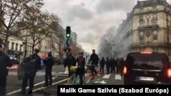 Sorfallal várják a rendőrök a sárgamellényes tüntetőket 2019. december 7-én Párizsban