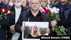 People take part in a farewell ceremony for Koza Press editor Irina Slavina in Nizhny Novgorod on October 6.