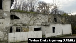 Лазаревский акведук с современными пристройками в Ушаковой балке Севастополя