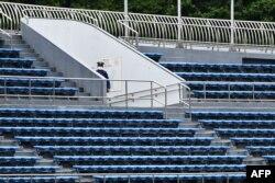 Олимпийские игры проходят без зрителей. На соревнованиях могут присутствовать только спортсмены, тренеры, члены делегаций и представители СМИ