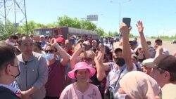 Жители пригорода перекрыли дорогу, требуя открыть въезд в столицу