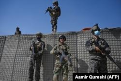 Бойцы «Талибана» возле разрушенной базы Центрального разведывательного управления (ЦРУ) в районе Дех Сабз к северо-востоку от Кабула, 6 сентября 2021 года