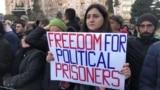 Bakuwda guralan proteste çykanlar syýasy tussaglaryň azat edilmegine çagyrýar