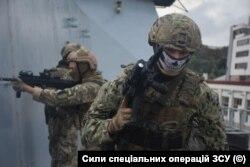 Бійці 73-го морського центру спеціального призначення ССО України під час тренувань на борту британського есмінця «Dragon». Фото пресцентру Командування ССО ЗСУ