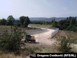 Kako se vidi na licu mesta, na granici kod sela Miratovac koje se nalazi u pograničnom području, radovi su i dalje u toku, a radnici postavljaju žičanu konstrukciju