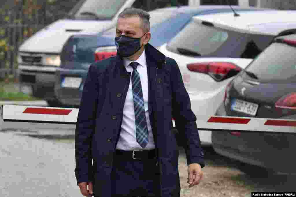БОСНА И ХЕРЦЕГОВИНА - Босанската полиција го уапси шефот на Агенцијата за разузнавање, Осман Мехмедагиќ во рамки на истрагата што вклучува перење пари и фалсификување документи. Тој е приведен на барање на државните обвинители под сомнение за злоупотреба на положба, фалсификување документи за лична идентификација и перење пари, изјави портпаролот на полицијата во Сараево, Мирза Хаџиабдиќ.