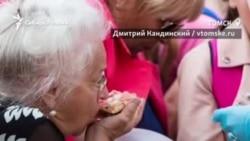 В Томске на празднике людей кормили с лопаты и швырялись в них едой
