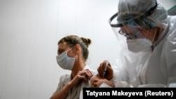 Дар Русия ваксинаи зидди коронавирусро озмоиш мекунанд