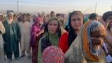 Авганистански семејства се собираат за да добијат храна дистрибуирана од христијанска организација со седиште во Исламабад, во предградието на Чаман, пограничен град во југозападната пакистанска провинција Балучистан, на 31 август.