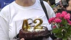 Шарики, торт, полицейский патруль: как в Москве поздравляли Сенцова (видео)
