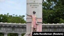 Protestuesit në SHBA kanë lyer me ngjyrë dhe më pas kanë rrëzuar një monument të Jefferson Davis në Virxhinia.