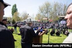 Камчыбек Ташиев Өзгөндө чогулгандар менен. 25-апрель, 2021-жыл.