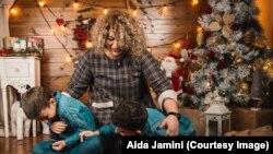 Aida Jamini me dy djemtë e saj.