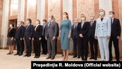 Noul cabinet la ceremonia de depunere a jurământului
