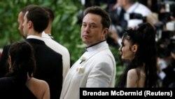 """Илон Маск прибывает на гала-концерт Института костюма Метрополитен (Met Gala), чтобы отпраздновать открытие выставки """"Небесные тела: мода и католическое воображение"""" в Манхэттене, Нью-Йорк, США, 7 мая 2018 года."""