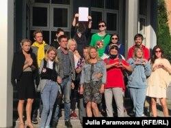 Евгения с группой поддержки после суда