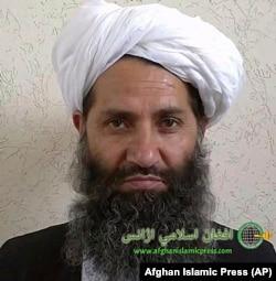 Liderul talibanului afgan Mawlawi Hibatullah Akhundzada pozează într-un portret nedatat.