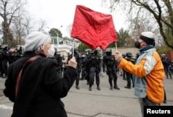 Люди держат красные трусы во время акции протеста против предполагаемой причастности российских спецслужб к взрыву на складе боеприпасов в районе Врбетице в 2014 году у посольства России в Праге, Чешская Республика, 18 апреля 2021 года.