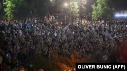 Демонстранты у здания парламента Сербии в Белграде