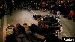 Protestuesit para sheshin kryesor të Tiranës.