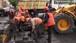 Комунальники прибирають з Грушевського все: від лампадок до катапульти