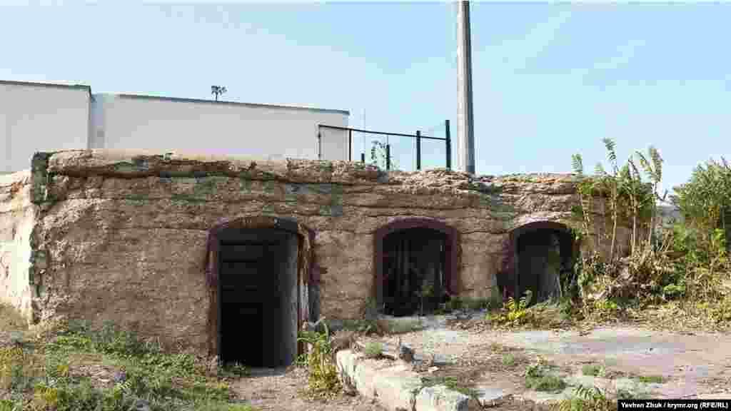 Снаряды подавались через податочные окна, расположенные между двумя выходами
