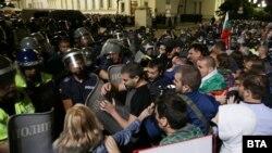 В късните часове на протеста във вторник имаше сблъсъци между полиция и протестиращи.
