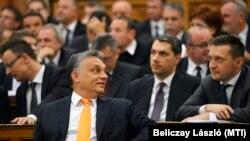 Viktor Orban și colegi din Fidesz la ședința inaugurală a parlamentului de la Budapesta, 6 mai 2014