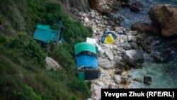 Несмотря на опасность камнепадов и схода грунта, отдыхающие оборудовали лагерь прямо под скалами. Мыс Фиолент, Севастополь, июль 2021 года