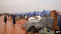 Femei siriene într-o tabără de refugiați de la marginea orașului Maaret Misrin, lângă granița cu Turcia, pe 6 februarie 2020.