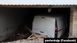 Автомобиль в гараже, заваленном глиной и камнями в результате селевого схода