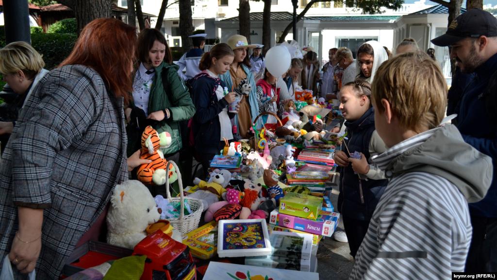 На аллее возле памятника «Дама с собачкой», учащиеся школ Ялты развернули благотворительную ярмарку своих поделок. Средства от продажи пойдут нуждающимся