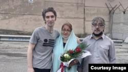 آرش صادقی (سمت چپ تصویر) پس از آزادی از زندان رجاییشهر کرج