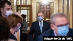 A hétfői találkozóról nincs hivatalos fotó, ezen a képen Pintér Sándor belügyminiszter az Országgyűlés magyarországi nemzetiségek bizottságának ülésére érkezik az Országházban 2020. december 10-én.