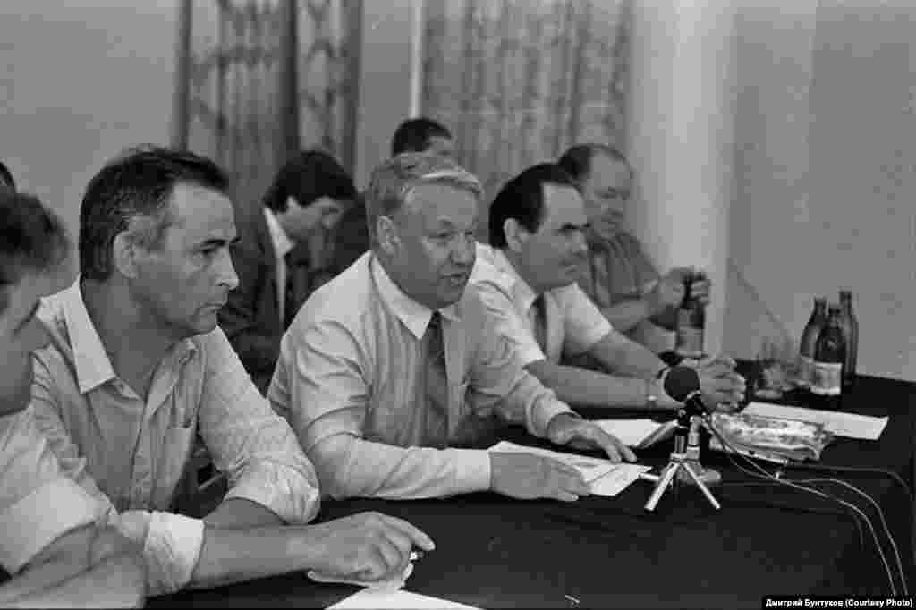 Президиумда сулдан: Ринат Мөхәммәдиев, Борис Ельцин, Миңтимер Шәймиев, Мөхәммәт Сабиров