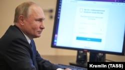 Президент России Владимир Путин проголосовал дистанционно