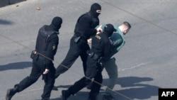 آرشیف، یک مرد در بازداشت پولیس بلاروس
