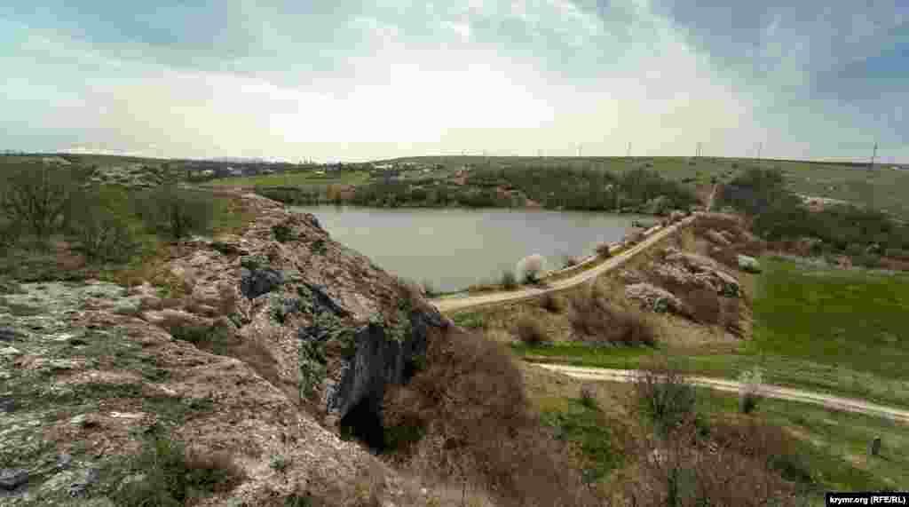 Площадка перед гротом на северо-западном краю известняковой гряды над речной долиной. Именно на этой площадке перед полостью грота были обнаружены почти все культурные остатки мустьерского времени