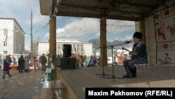 """Тьилгаяк, официальный праздник в Онгудае. Алтайцы жалуются, что администрация не разрешила проводить праздник на выходных: пришлось провести его в рабочий день, в пятницу. Кайчы, мастера горлового пения, выступают """"на разогреве"""" перед официальной программой"""