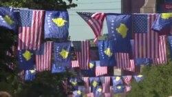Zastave za američkog potpredsednika Bajdena na Kosovu