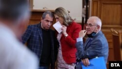 Ива Митева говори с Тошки Йорданов от ИТН в парламента.