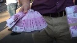 """""""Да му оставим пари в шкафчето"""". Протестна акция пред дома на Борисов"""