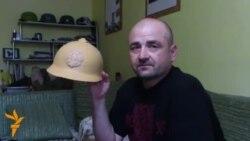 Адноўленыя шлемы варагуючых арміяў мірна ўжываюцца на адной паліцы
