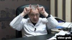 Иммунолог-дәрігер Рафаиль Розенсон Азаттыққа сұхбат беріп отыр.