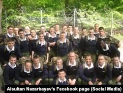 Айсұлтан Назарбаев Сандхерсттегі британ әскери академиясында курстастарымен бірге. Сурет Айсұлтанның әлеуметтік желідегі парақшасынан алынды.