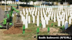 Iskopavanje grobnih mjesta u Potočarima za 19 žrtava genocida koje će 11. jula biti sahranjene u Memorijalnom centru Srebrenica - Potočari (8. juli 2021.)