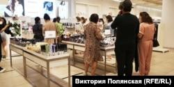 Перед локдауном многие отправились покупать одежду...