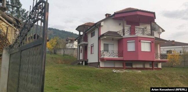 Kjo është shtëpia e familjes Fejzullai, në fshatin Çellopek të Tetovës. Autoritetet austriake thanë se Kujtim Fejzullai, 20 vjeç, është sulmuesi që vrau 4 persona në Vjenë.