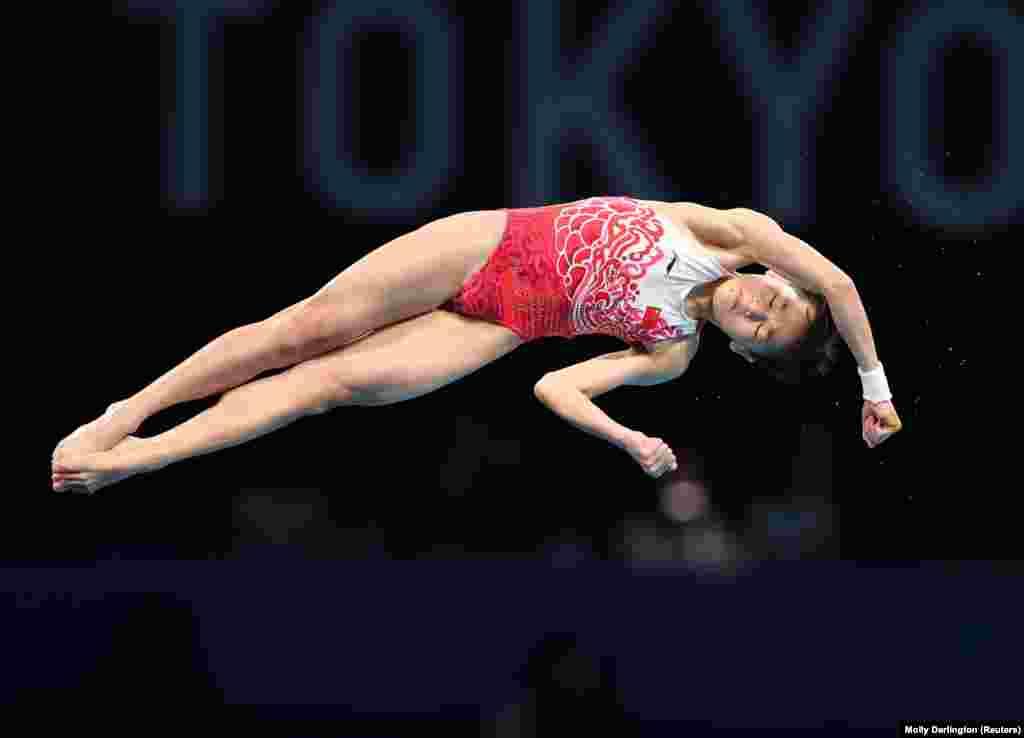 Кытайлык Куан Хончанг 14 жашында Олимпиада чемпиону болду. Ал 10 метр бийиктиктен сууга секирүүдө алтын байгени утуп алды. Мунун менен Кытай спорчуларынын алтын байгелеринин саны 33кө жетти.